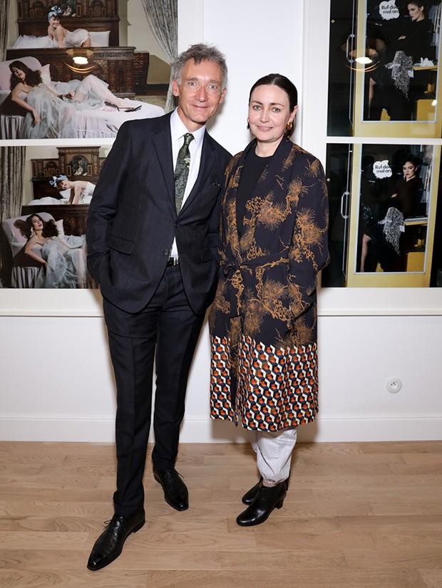"Geoffroy de la Bourdonnay, the CEO of Chloé, with Judith Clark, curator of ""Femininities: Guy Bourdin"" (Foto: @SUZYMENKESVOGUE)"