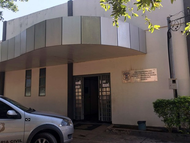 Os dois estão presos na Delegacia Especializada de Defesa da Criança e do Adolescente (Deddica), em Cuiabá (Foto: Thainá Paz/ G1)