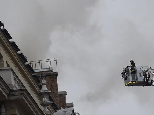 Incêndio atinge tradicional hotel Ritz em Paris