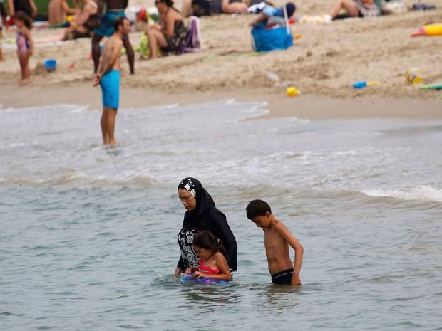 Proibição do burquíni em várias praias francesas gerou críticas (Foto: Reuters)