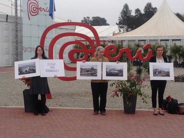 """Protesto feito em frente à sede da COP 20, em Lima, lembra o tufão que atinge as Filipinas e pede que o mundo """"pare com essa loucura"""" (Foto: Eduardo Carvalho/G1)"""