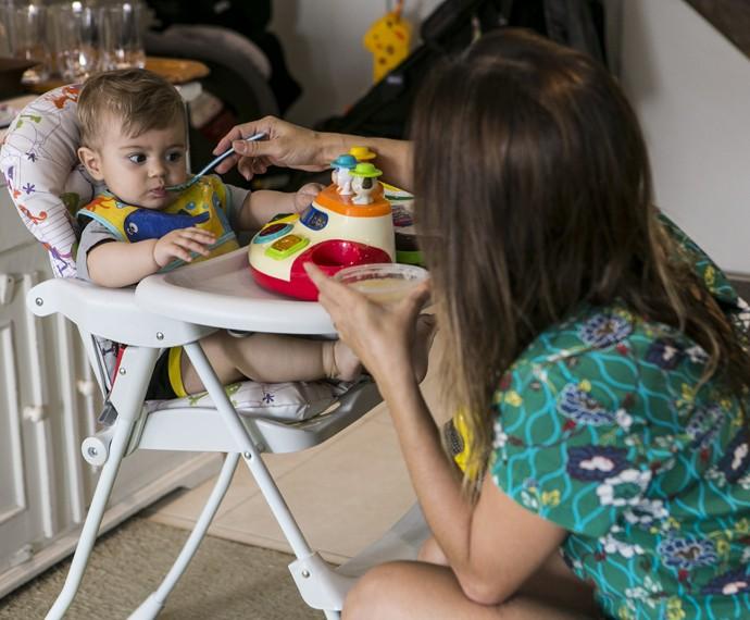Dani até tenta, mas olha a cara do Bento para comer a papinha! (Foto: Inácio Moraes/Gshow)