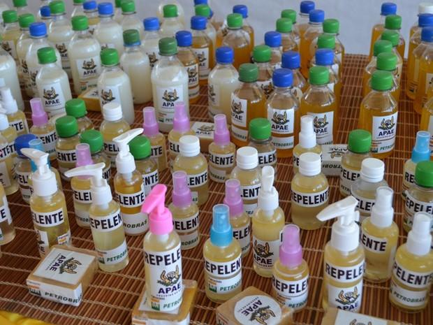 Repelentes são fabricados à base de óleo de andiroba (Foto: Vanísia Nery/G1)
