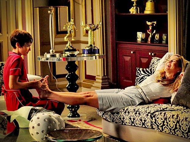 Carminha diz que sentiu saudade de Nina e ganha massagem da cozinheira (Foto: Divulgação/TV Globo)