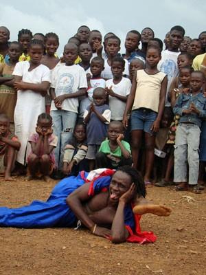 Crianças da comunidade de Fendell assistem apresentação de capoeira (Foto: Vinicius Zanotti/ Divulgação)