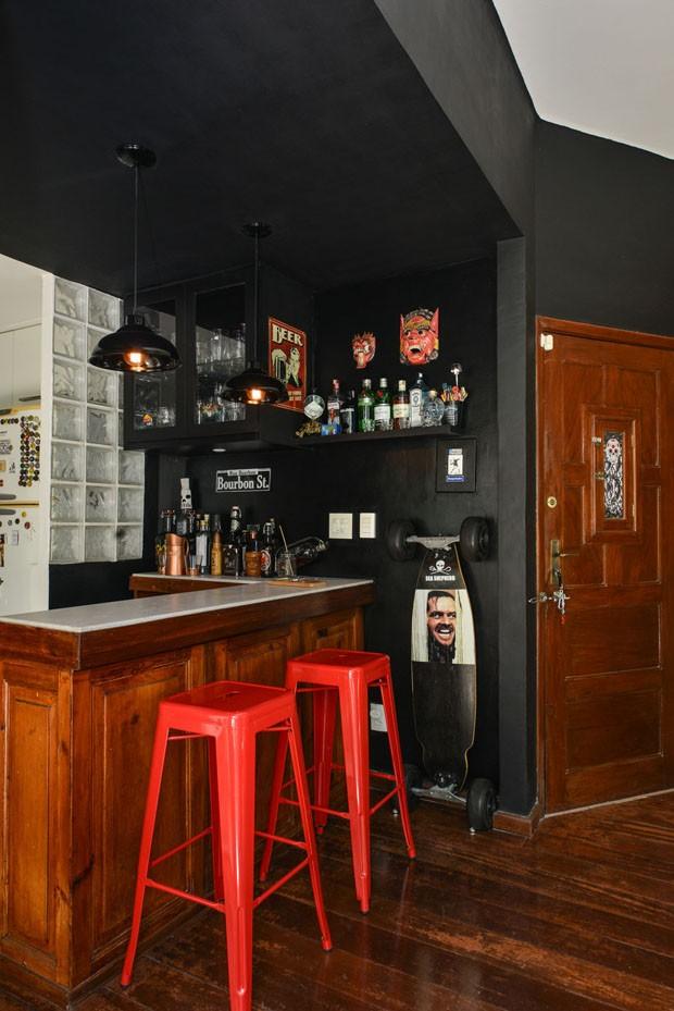 Parede preta e tijolos aparentes levam estilo industrial à apartamento de 80 m²  (Foto: Divulgação)