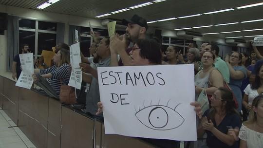 Moradores de São Vicente voltam a fazer protesto na Câmara de Vereadores