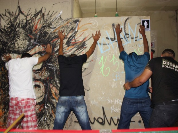 Dois jovens foram presos suspeitos de tráfico de dorgas  (Foto: Divulgação/Denarc)