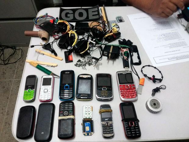 Aparelhos celulares, facas artesanais, serras e outros objetos foram apreendidos dentro das celas da unidade (Foto: Coape/RN)