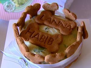 Bolo foi feito pela mãe de Habib, com comida canina específica (Foto: Reprodução/ EPTV)