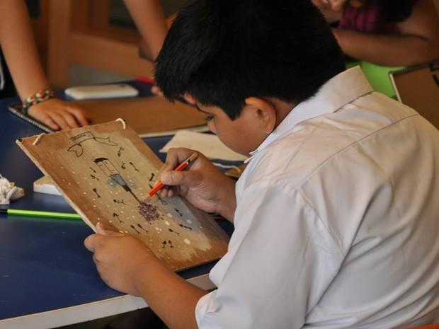 Alunos indianos desenvolvem habilidades artísticas a partir das oficinas do pouso-alegrense (Foto: Divulgação/Prado Neto)