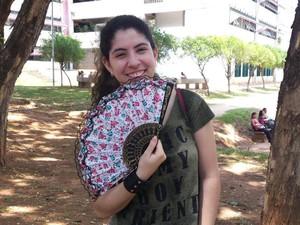 A paraense Danielle Lopes se preveniu do calor e levou um leque para as provas deste domingo do Enem (Foto: Raquel Freitas/G1)