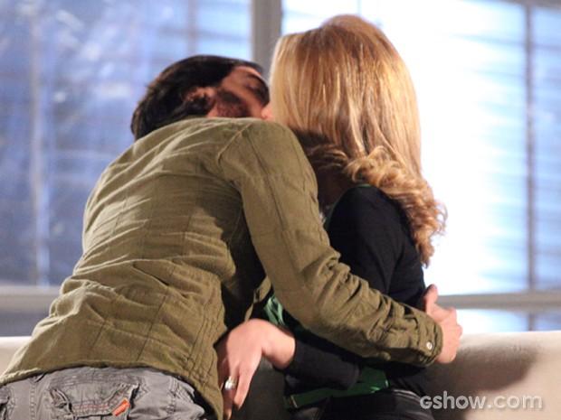 Pamela se consola nos braços de Herval e fundador da Plugar tasca um beijão na loira (Foto: Carol Caminha/TV Globo)
