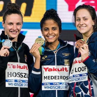 Etiene Medeiros ouro 50m costas mundial de piscina curta canadá (Foto: Facebook/Fina)