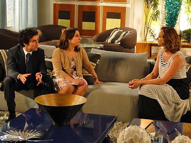 Engole essa, Sônia! Humberto se nega a ajudar a sogrona nos tribunais (Foto: Cheias de Charme / TV Globo)