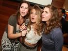 Letícia Spiller solta a voz em festa com o elenco de 'Malhação'