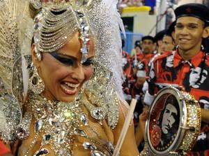 Rainha Viviane Araújo toca tamborim (Foto: Vanderlei Almeida/AFP)
