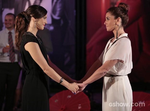 Marina e Clara são amigas e vivem o dilema de se deixarem ou não levarem pela paixão (Foto: Felipe Monteiro/ TV Globo)