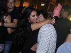 Bruno Gissoni e Yanna Lavigne namoram muito em festa