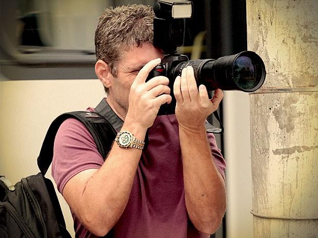Fotógrafo contratado por Suelen clica tudo (Foto: Avenida Brasil / TV Globo)