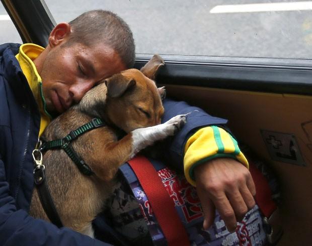 Um passageiro e seu cão de estimação foram fotografados dormindo juntos em um bonde no centro de Budapeste, na Hungria. (Foto: Laszlo Balogh/Reuters)