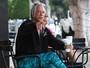 Mickey Rourke usa calça de lycra e exibe pele repuxada por plásticas