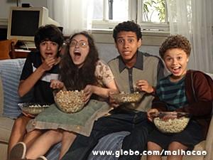 Meninos se assustam com o visitante (Foto: Malhação / TV Globo)