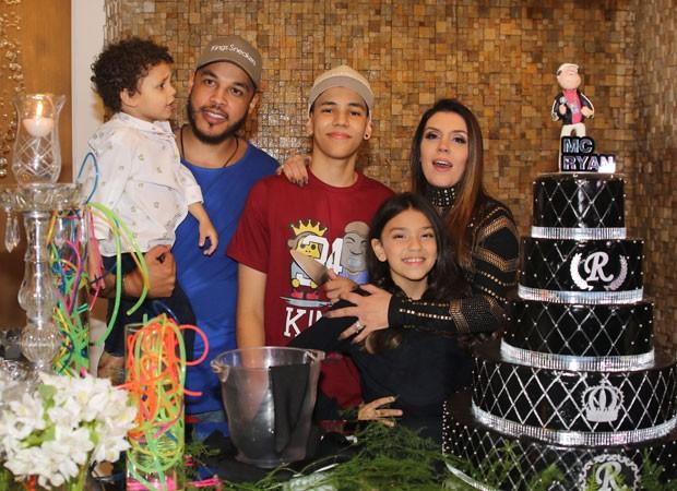 Ryan com a mãe, Simony, os irmãos Pyetra e Antony e o padrastro, Patrick (Foto: Thiago Duran/AgNews)