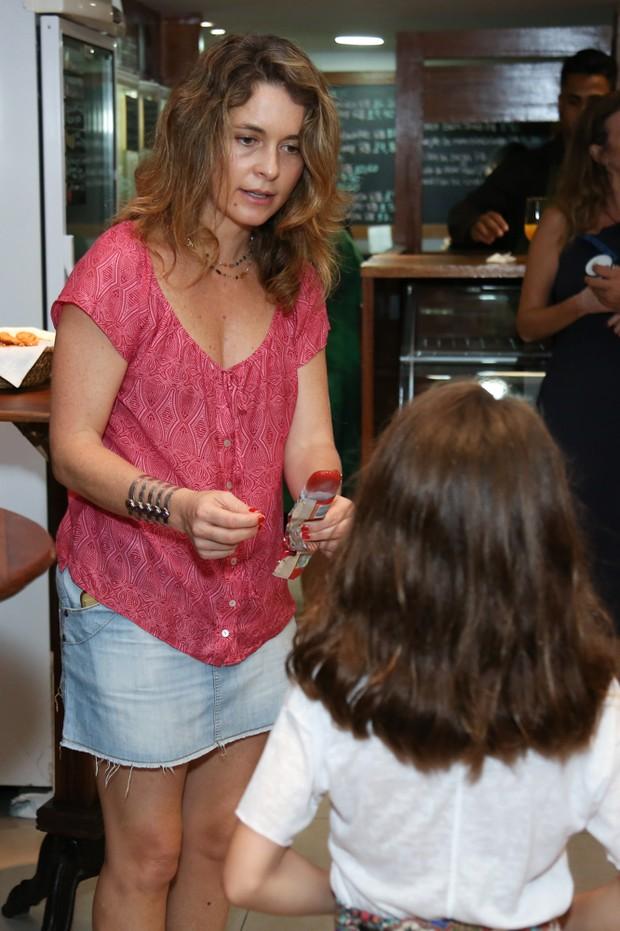 Claudia Abreu dá sorvete para a filha (Foto: Roberto Filho/Brazil News)