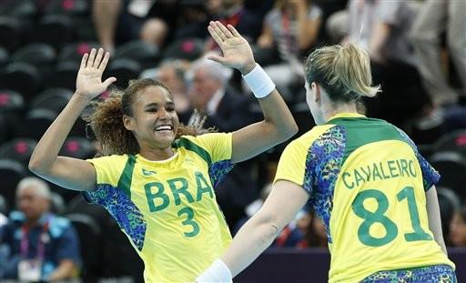 Handebol: Alexandra comemora com Deonise após a vitória na estreia do Brasil contra  Croácia (Foto: Vadim Ghirda/AP)