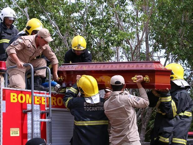 Caixão foi colocado em cima de carro do Corpo de Bombeiros (Foto: Ademir dos Anjos/Divulgação)