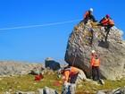 Menino é resgatado após não conseguir descer de rocha na Irlanda