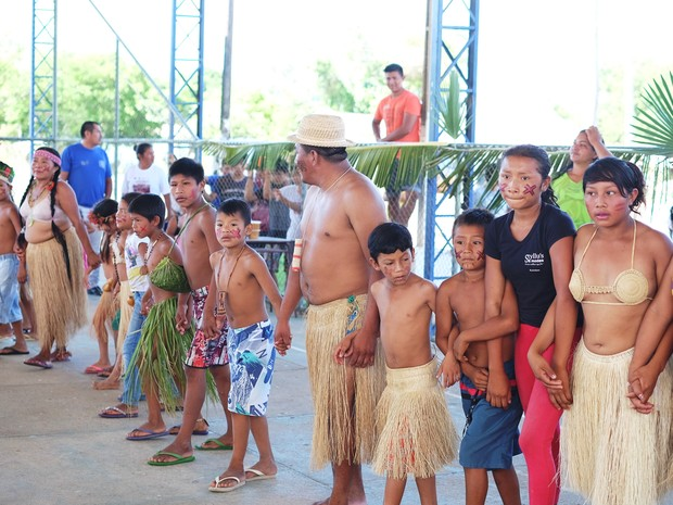 Indígenas fizeram festa para receber as imagens; eles apresentaram aos visitantes a dança parixara, a mais tradicional da cultura macuxi (Foto: Inaê Brandão/G1 RR)