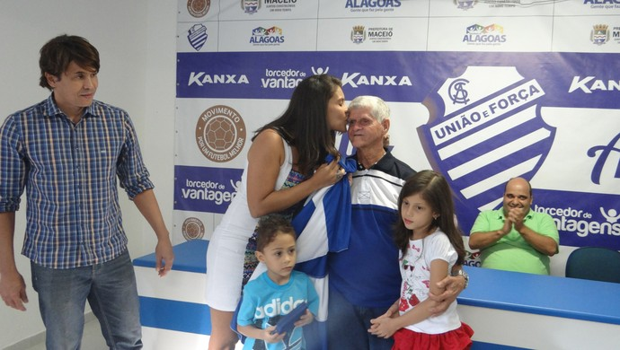 Castanha recebe carinho de familiares durante homenagem (Foto: Denison Roma/GloboEsporte.com)
