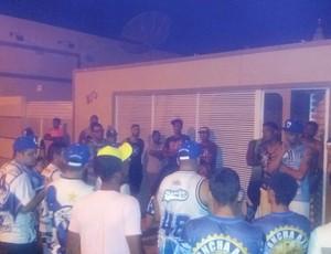 Torcida do Atlético de Cajazeiras se reúne em frente à sede do clube antes da viagem para a capital (Foto: Salvino Jucier/Divulgação)