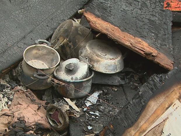 Chamas começaram quando morador cozinhava em fogão a lenha (Foto: Fábio Junior/EPTV)