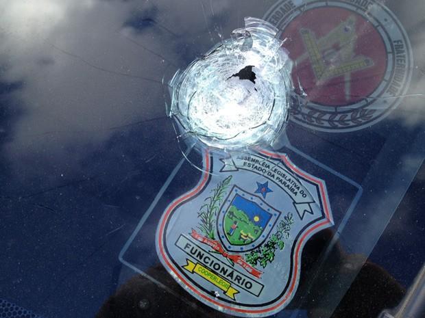 Com o disparo, carro que vítima conduzia teve vidro perfurado (Foto: Walter Paparazzo/G1)