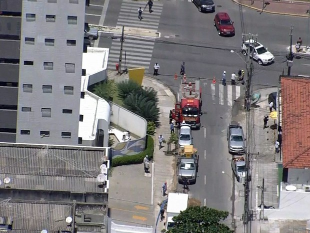 Acidente aconteceu na esquina da Rua Padre Carapuceiro com Avenida Domingos Ferreiro (Foto: Reprodução / TV Globo)