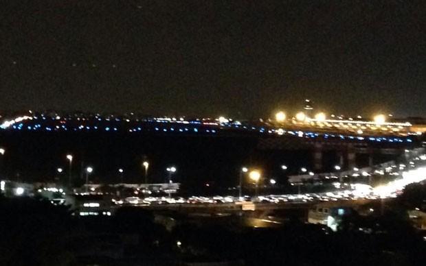 Luzes azuis do entorno da pista estão ligadas, mas as brancas estão apagadas (Foto: Marcia Borges/Arquivo pessoal)