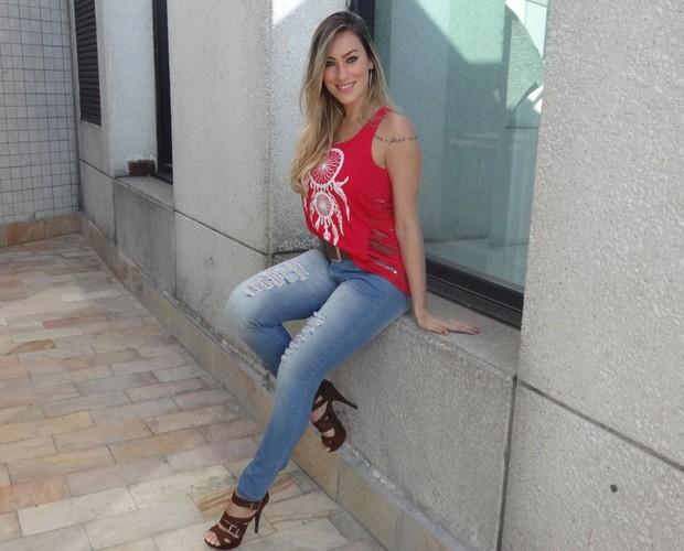 Flávia Sá Barreto aposta no vermelho e no jeans (Foto: Andréa Paiva/ Gshow)