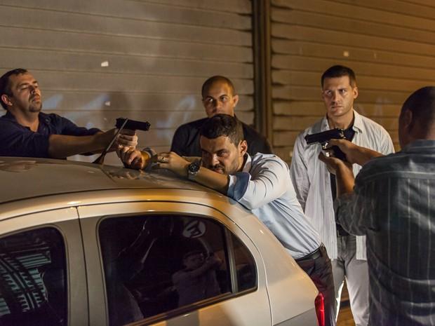 Polícia surpreende o vilão (Foto: Artur Meninea/Gshow)