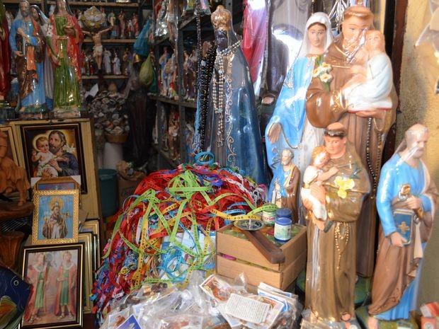 Vendas aumentam nas lojas de itens religiosos e de ervas no período junino (Foto: Marina Fontenele/G1)