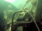 Mergulhador retira esqueletos falsos que estavam no fundo de rio nos EUA