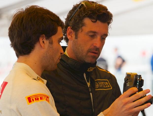 Na 'volta inaugural' do circuito de Austin, Texas, Jerome D'Ambrosio, da Lotus, mostra um volante ao ator Patrick Dempsey (Foto: Divulgação)