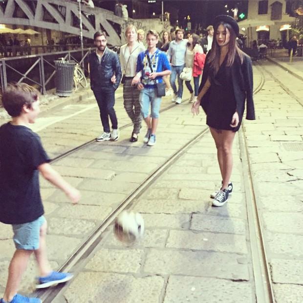 Thaila Ayala 'rouba' bola de menino e começa partida de futebol no meio da rua