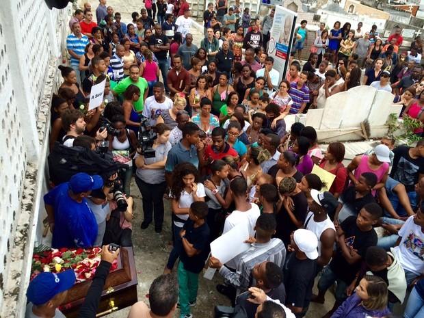 Enterro jovens mortos em Costa Barros, no fim de semana (Foto: Henrique Coelho/G1)