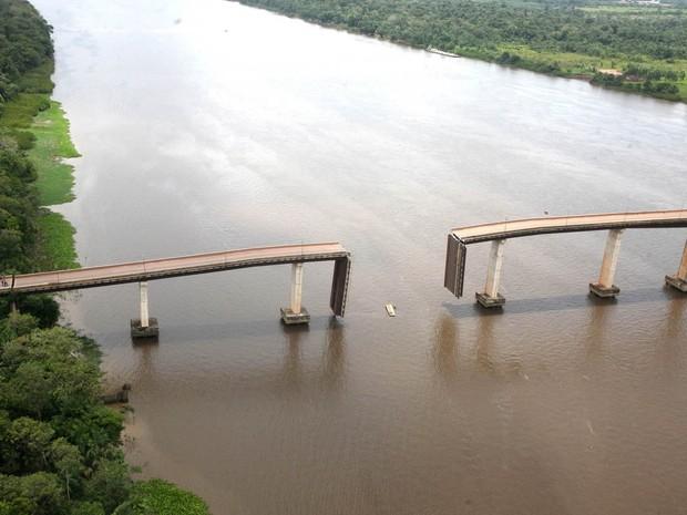 Imagem aérea mostra como ficou a quarta ponte da Alça Viária sobre o Rio Moju, no Pará, após uma balsa colidir com a estrutura na noite de domingo (23). A embarcação, que transportava óleo, destruiu um dos pilares da construção a 120 km de Belém (Foto: Antônio Silva/Ag. Pará)