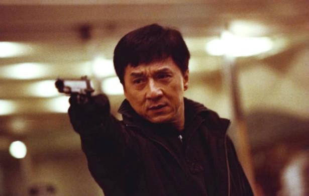 Jackie Chan chegou aos 60 anos já tendo quebrado quase todos os ossos do corpo pelo menos uma vez na vida. Motivo: faz ele mesmo todas as suas cenas de ação. (Foto: Reprodução)
