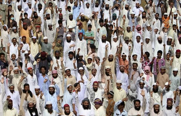 Centenas de paquistaneses protestaram em Karachi. (Foto: Fareed Khan/AP)