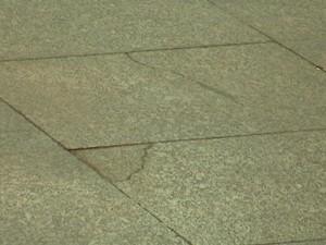Piso quebrado na área reformada do aeroporto (Foto: Reprodução/TV Mirante)